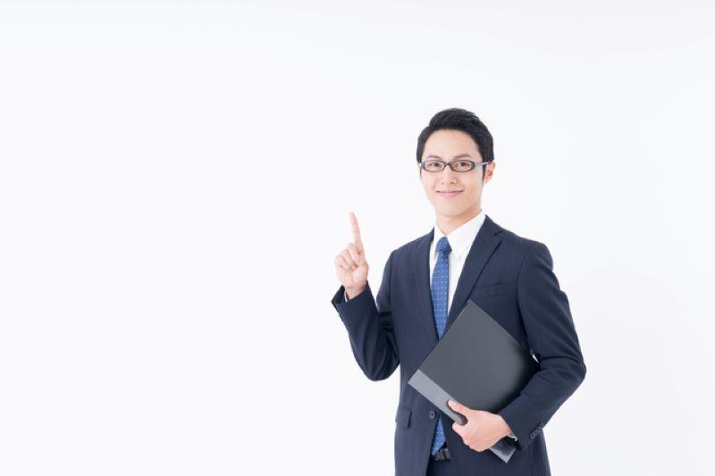 1の指をしているスーツの男子