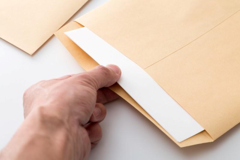 封筒の中にある書類