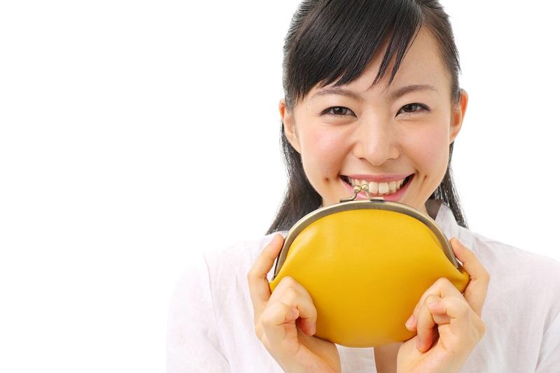 財布を持って笑っている女性