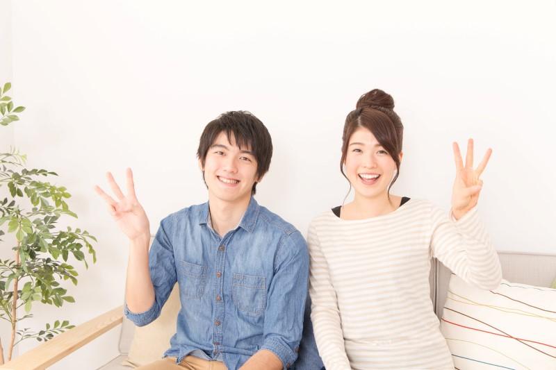 3の指をしているカップル