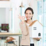 OKをしている女性と家の模型