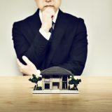 家を見て疑問に思う男性の画像